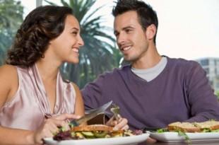 una coppia felice a cena