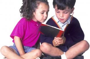 due bambini leggono