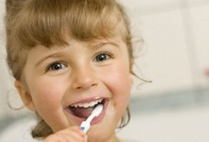 bambini lavarsi i denti