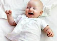 come vestire un neonato durante la primavera
