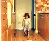 bimbi che aiutano in casa